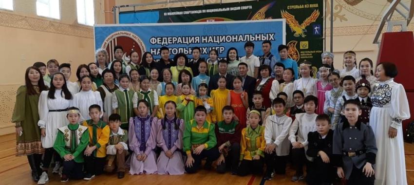 Учащиеся Айылгы на открытом турнире по традиционным национальным играм «Былыргылыы хабылык», «Былыргылыы хаамыска».